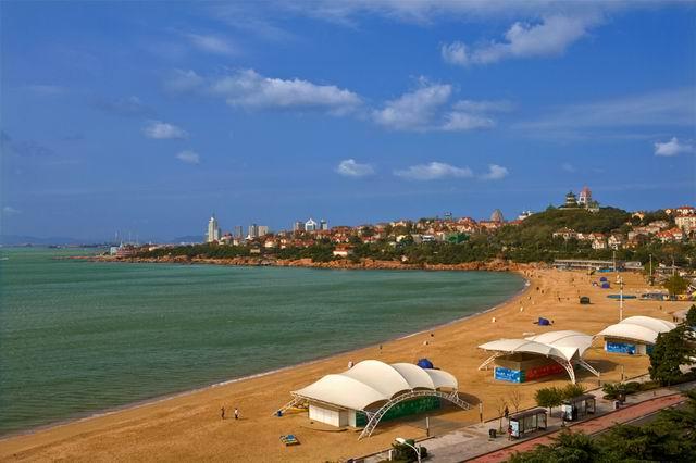 景区介绍 青岛第一海水浴场位于汇泉湾畔,拥有长580米,宽40余米的沙滩